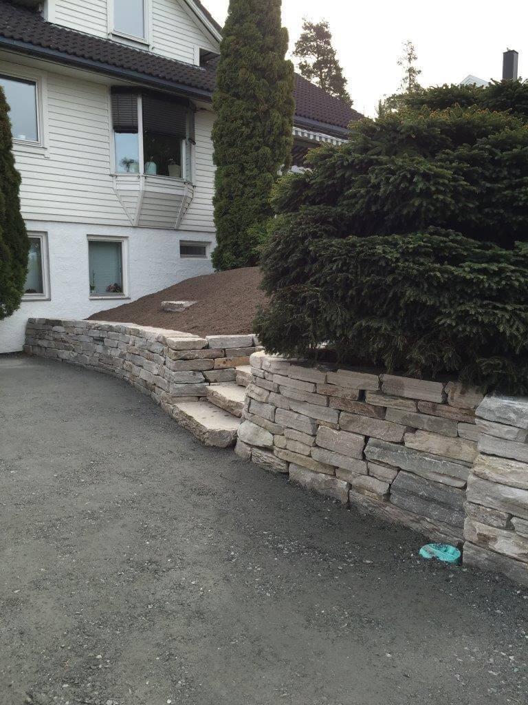 Toppasveien20_5 ferdig montert mur og trapp
